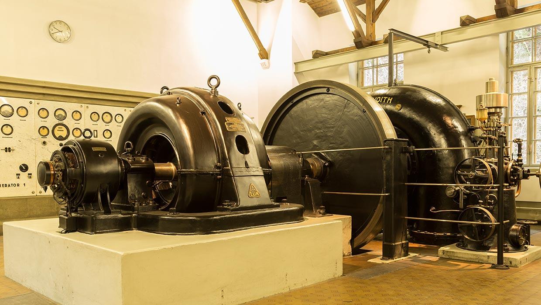 Foto von historischer Turbine und Schalttafel